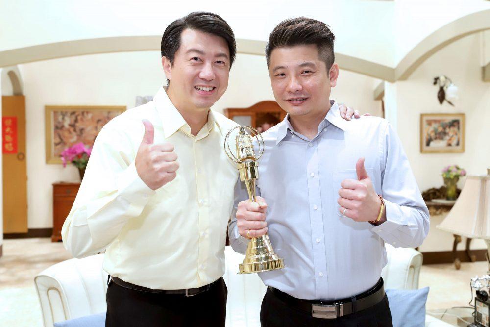 吳皓昇(左)希望蔡佳麟順利奪獎。(民視提供)