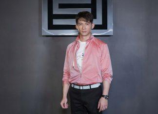 溫昇豪敲鐘喜氣旺,選穿粉紅外套。(夏姿提供)