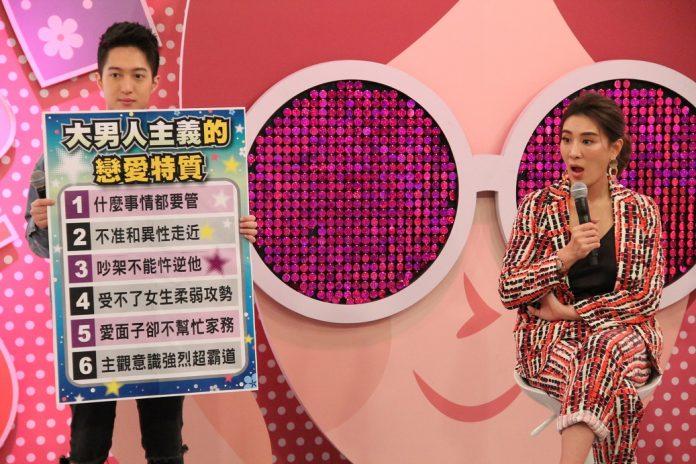 韓靖(左)擔任《聽媽媽的話》一日助理主持人。(年代提供)