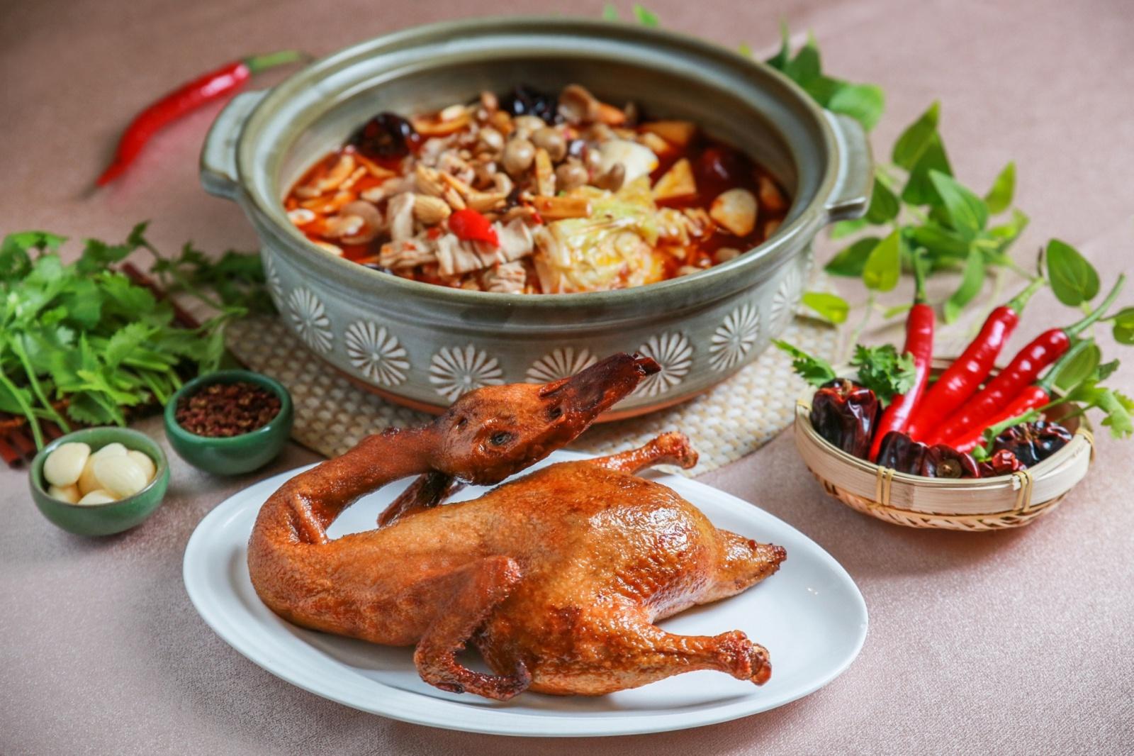 大地酒店「天府冒鴨鍋」,此款溫潤百搭湯品亦提供外帶服務。(大地酒店提供)